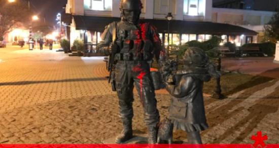 """Стало відомо, хто облив фарбою пам'ятник """"зеленим чоловічкам"""" в окупованому Криму"""