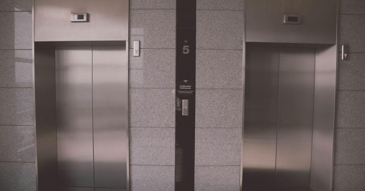 У Києві обірвався ліфт з медиками швидкої допомоги