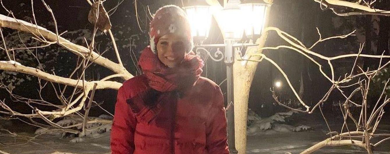В спортивках и пуховике: Катя Осадчая вышла на зимнюю прогулку с любимым