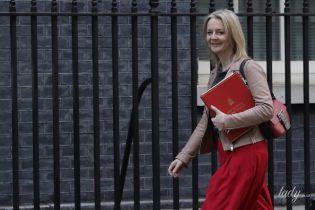 В любимом цвете: главный секретарь казначейства Великобритании пришла на работу в красных кюлотах