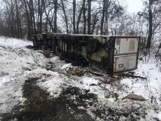 На Одеській трасі зіткнулись легковик та дві вантажівки: двоє загиблих