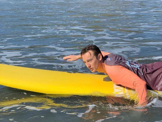 Не схожий на себе Алан Бадоєв показав, як серфив в океані на дошці