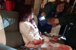 Школьница прикрыла собой окровавленную мать от нападавшего с ножом и спасла ей жизнь