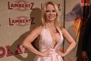 51-летняя Памела Андерсон в платье с мегадекольте похвасталась пышным бюстом