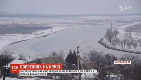 Спасая детей из ледяного озера, женщина сама попала в прорубь