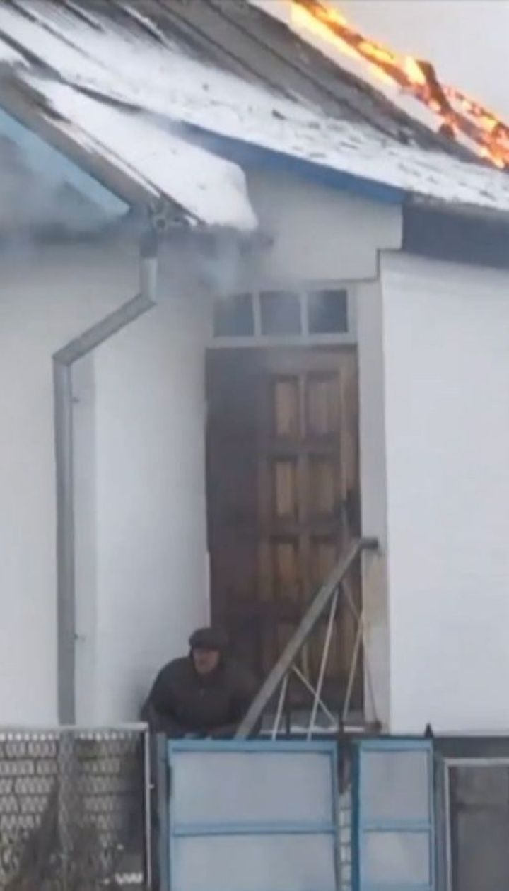 В Житомирской области пенсионер поджег дом и застрелился на глазах у людей