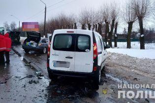 У Житомирі легковик протаранив конвойний автомобіль із арештантами, є постраждалі