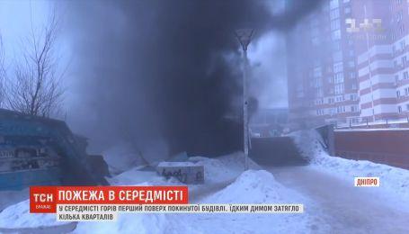 В Днепре загорелся первый этаж заброшенного здания