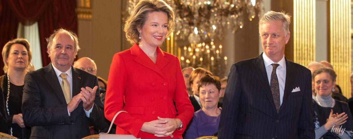 В красном костюме и лодочках: яркая королева Матильда на торжественном приеме