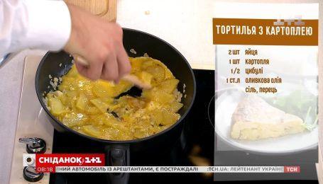"""Егор Гордеев готовит тортилью с картофелем в прямом эфире """"Сніданку"""""""