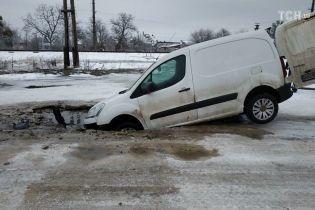 На Львівщині через прорив водогону машина провалилася під асфальт