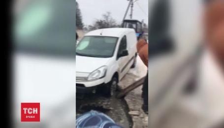 Автомобіль пішов під землю на Львівщині