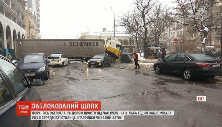 У столиці фура заглухла на дорозі і заблокувала рух на півтори години