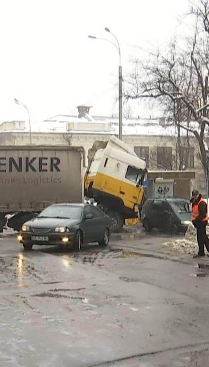 В столице фура заглохла на дороге и заблокировала движение на полтора часа