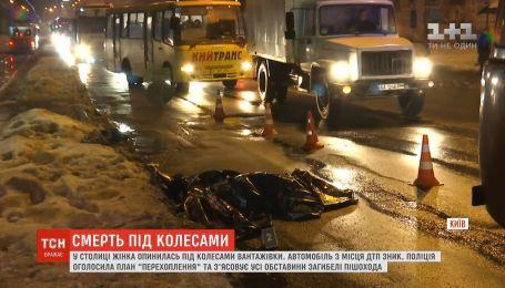 В Киеве грузовик насмерть переехал старушку
