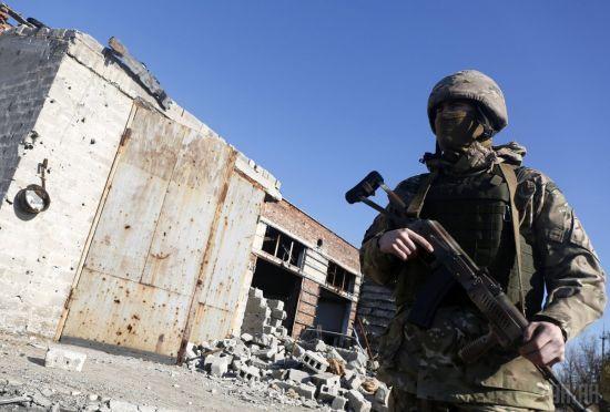 Терористи продовжують стріляти на Донбасі:боєць ООС загинув, ще троє поранені