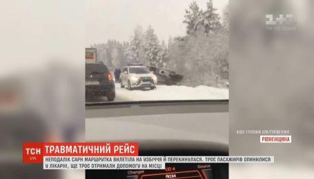 Маршрутка із пасажирами перекинулася на Рівненщині