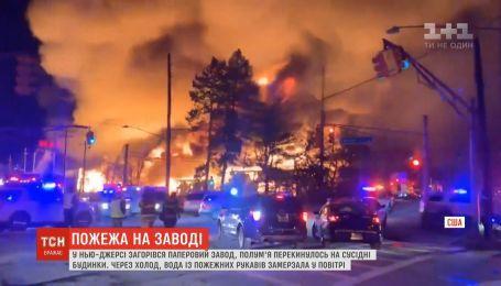 В американском Нью-Джерси загорелся бумажный завод