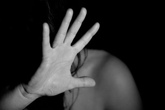 У Харківській області вітчим заклеїв рота скотчем та зґвалтував 13-річну падчерку