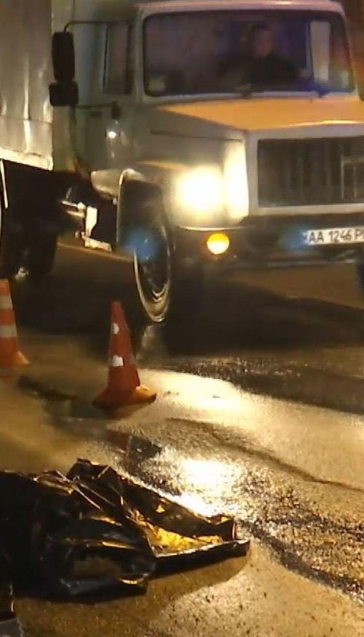 У Києві вантажівка на смерть переїхала стареньку
