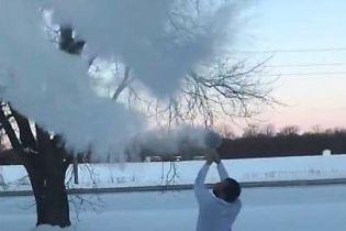 В Сети люди делятся видео, на которых кипяток мгновенно превращают в снег