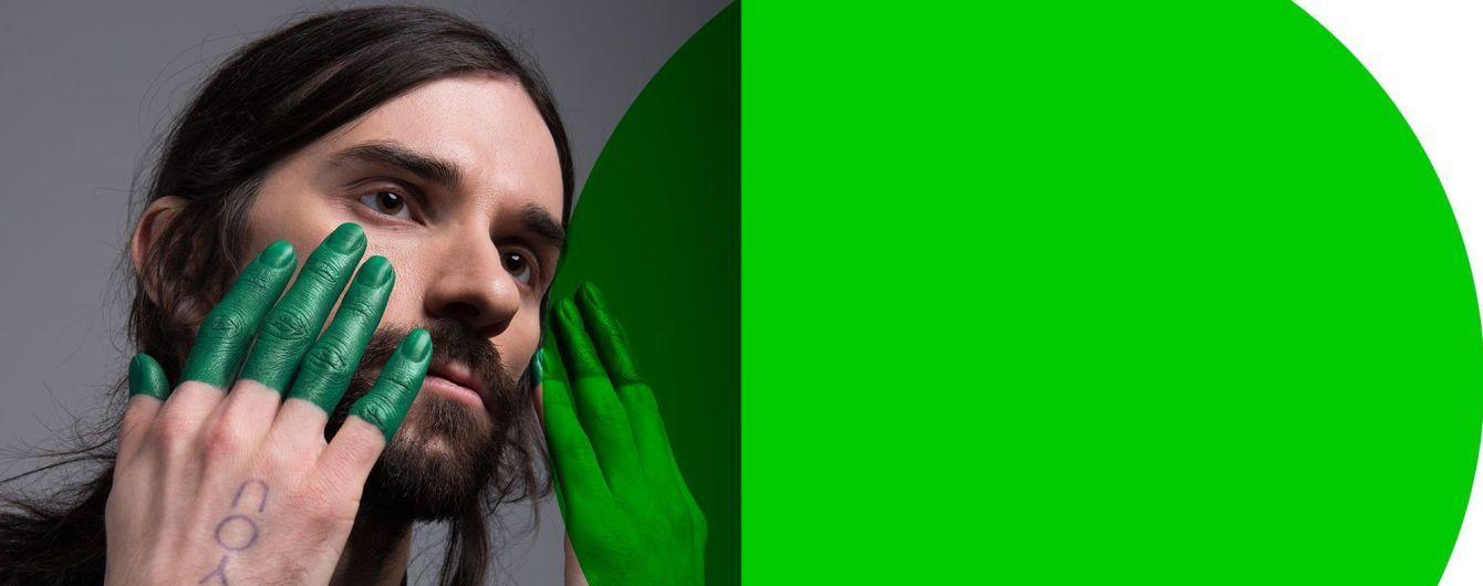 """Участник группы """"Агонь"""" Савлепов с зелеными пальцами прорекламировал веганские сникерсы"""