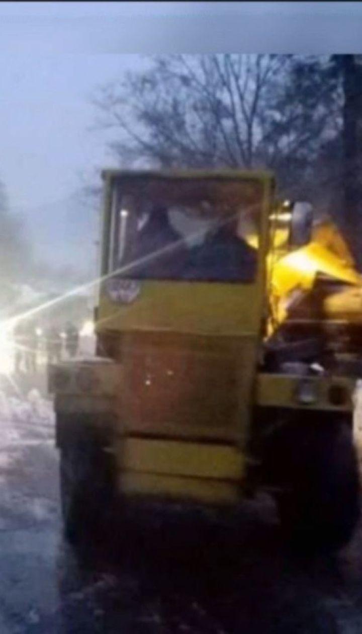 Снігова лавина заблокувала рух дорогою на Закарпатті