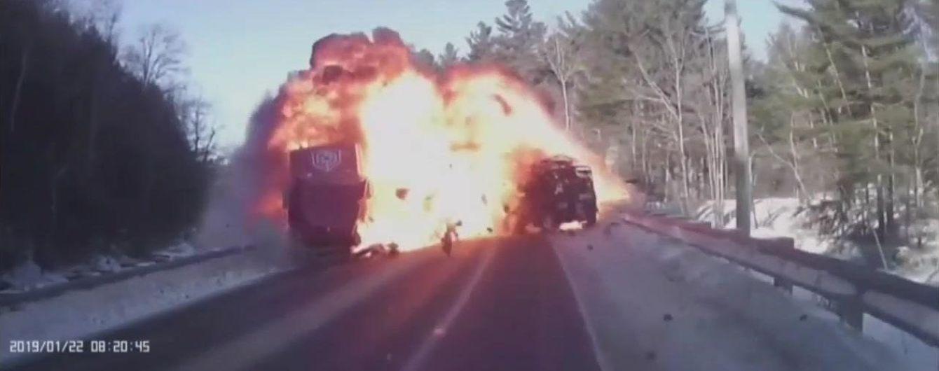 Взрыв и тройная авария. В США видеорегистратор Jeep снял жуткое ДТП