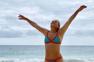 Без имплантов и счастливая: Иоланда Хадид поделилась снимком в бикини