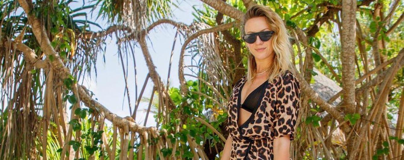 Соблазнительная Леся Никитюк в леопардовом парео посадила пальму