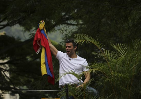 Затриманий і переслідуваний наставник Хуана Гуайдо керує протестами у Венесуелі – Bloomberg