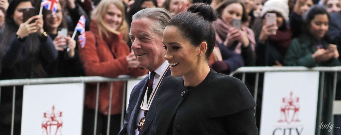 В пальто Givenchy: беременная герцогиня Сассекская демонстрирует новый элегантный образ