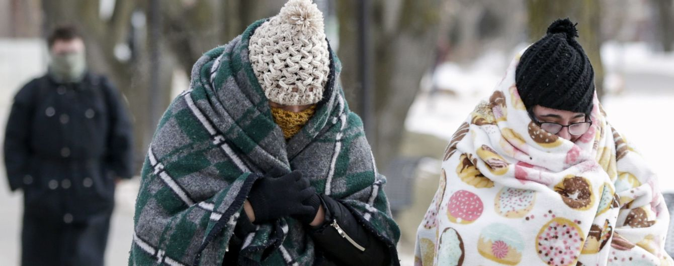 Заледенелая одежда и спущенные морозом колеса. В Сети американцы показали, как переживают лютый холод