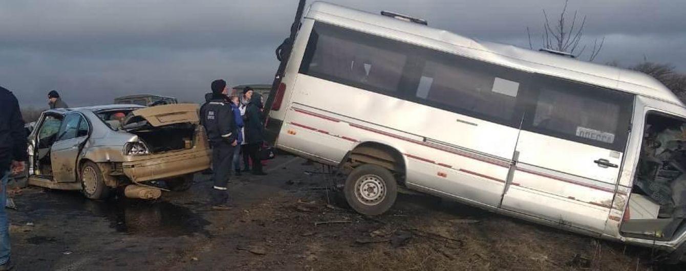 В Одесской области легковушка столкнулась с маршруткой. 14 человек пострадали, есть погибшие