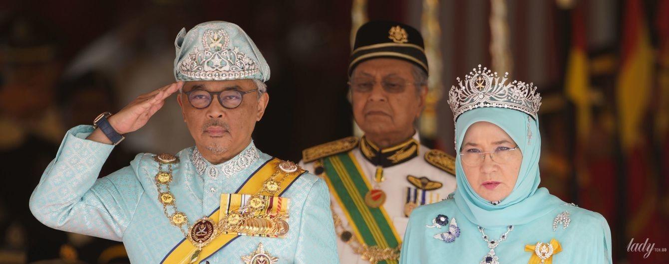 Выглядят гармонично: новый король Малайзии с супругой надели голубые наряды на церемонию присяги