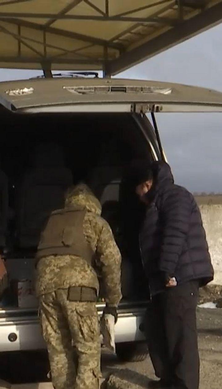 """Контрабандисти з боку бойовиків намагаються провезти цигарки та зброю через КППВВ """"Гнутове"""""""