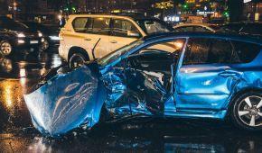 В Киеве водитель Audi на бешеной скорости влетел в четыре автомобиля: погибла девушка