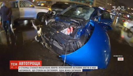 На столичной площади Победы легковушка протаранила 4 автомобиля