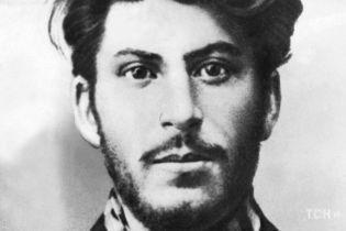 "Благодаря фото молодого Сталина журналист ""подцепил"" сотни мужчин на сайте знакомств"