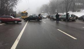 В Киеве на бульваре Дружбы народов столкнулось семь авто: движение парализовано