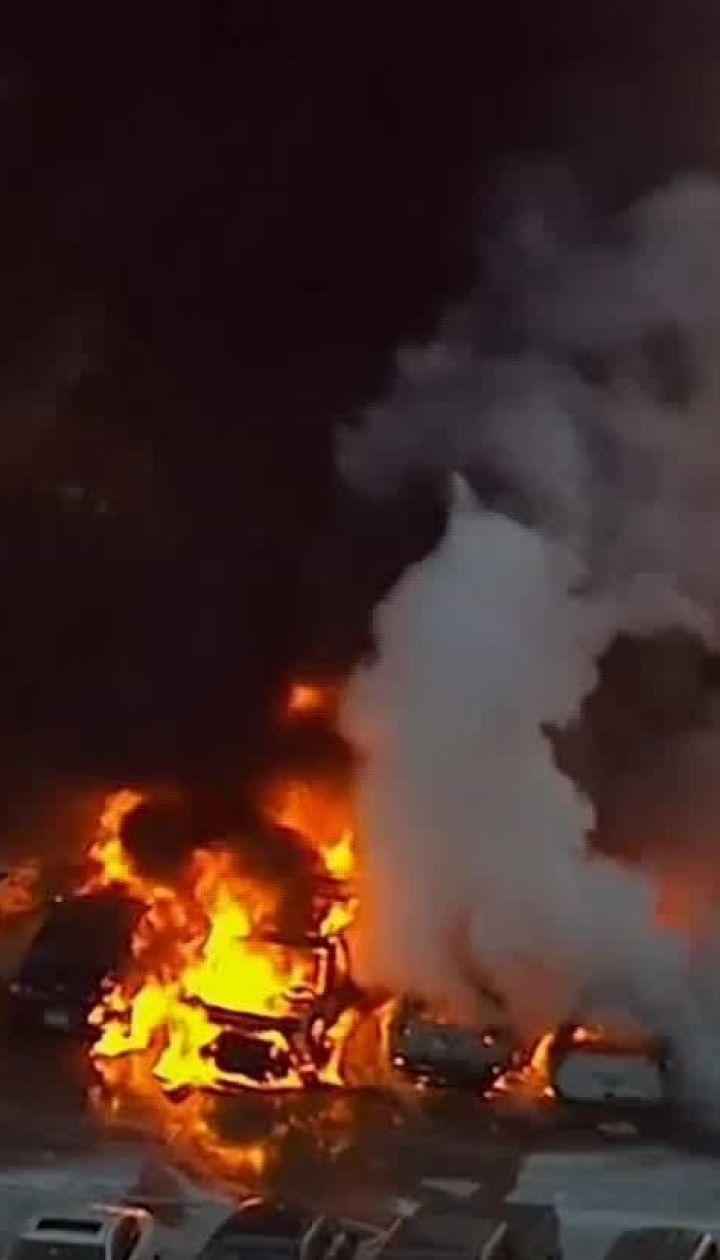 В аеропорту Нью-Джерсі на парковці спалахнули автівки