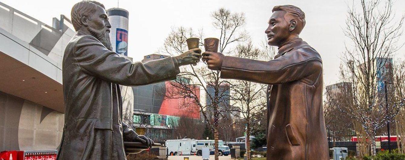 Pepsi поставила возле статуи основателя Coca-Cola свою скульптуру, чтобы помириться