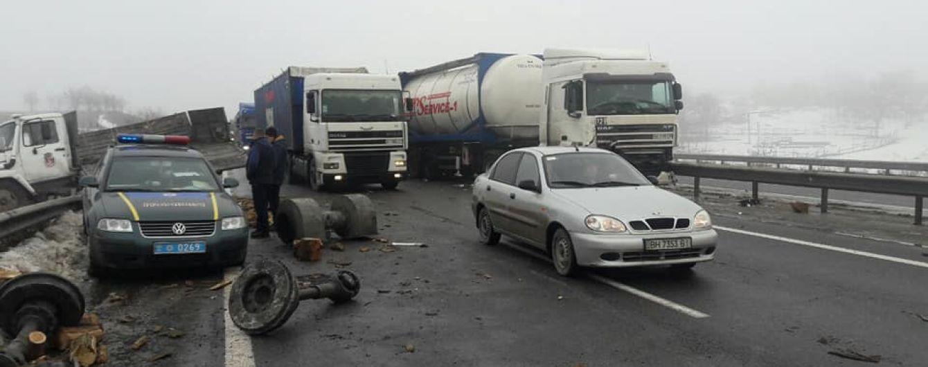 Полиция и дорожники взяли под круглосуточную охрану полуметровую яму на трассе Киев-Одесса