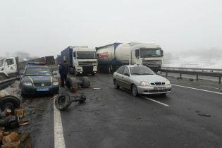 Поліція та дорожники взяли під цілодобову охорону півметрову яму на трасі Київ-Одеса