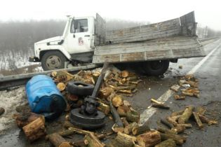 Масова аварія на Одещині: через туман та величезну яму на дорозі зіткнулись вісім автомобілів