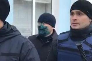 Активиста, который облил Вилкула зеленкой, отпустили под личные обязательства