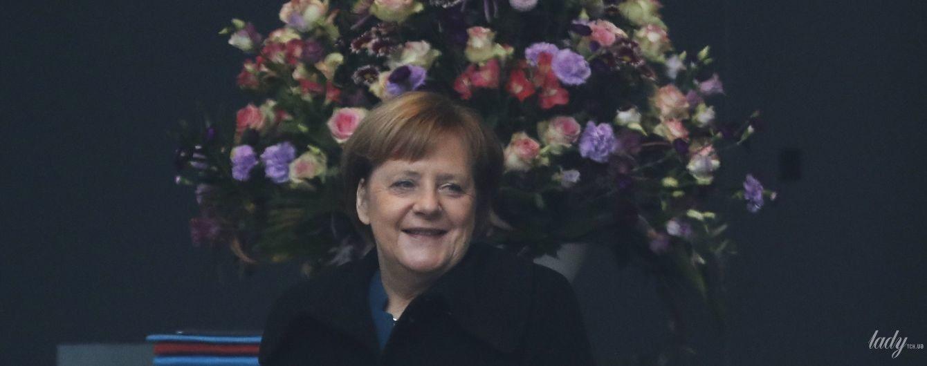 Цветет и пахнет: Ангела Меркель на переговорах в Берлине