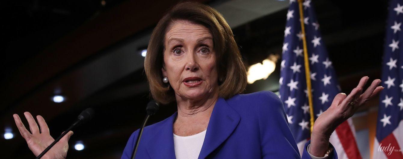 В синем костюме и с жемчужными серьгами: новый эффектный образ спикера Палаты представителей США