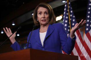 У синьому костюмі і з перловими сережками: новий ефектний образ спікера Палати представників США
