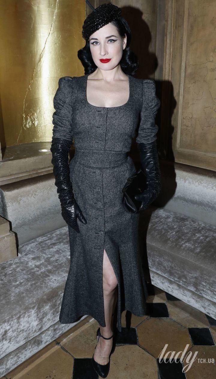 В платье с разрезом и экстравагантном берете  элегантный аутфит Диты фон Тиз 8bece5de417